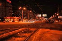 Движение и пешеходы ночи на улице в зиме стоковое фото rf