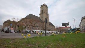 Движение и рынок на городской ратуше Rathaus Schoneberg в Берлине, Германии видеоматериал