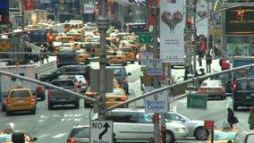 Движение и люди на типичный день в Нью-Йорке сток-видео