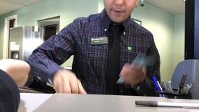 Движение кассира банка подсчитывая деньги для клиента сток-видео
