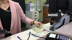 Движение клерка банка подсчитывая деньги для клиента акции видеоматериалы