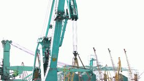 Движение крана морского порта сток-видео