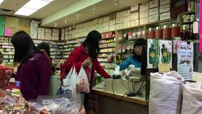 Движение клиентов оплачивая кредитную карточку для того чтобы купить медицину видеоматериал