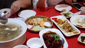 Движение людей есть еду с семьей внутри китайского ресторана сток-видео
