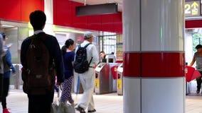 Движение людей идя через слой содержащий нефть платы за проезд для принимать skytrain акции видеоматериалы