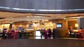 Движение людей имея обедающий с другом внутри китайского ресторана акции видеоматериалы
