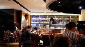 Движение людей имея обедающий с другом внутри китайского ресторана видеоматериал