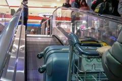 Движение людей нажимая багаж на двигая эскалаторе внутри международного аэропорта Taoyuan стоковые фотографии rf