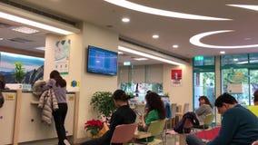 Движение людей на счетчике обслуживания говоря с рассказчиком внутри банка видеоматериал