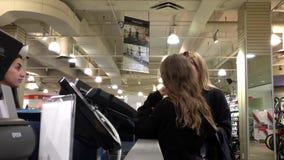 Движение людей оплачивая деталь на кассе видеоматериал
