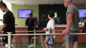 Движение людей line up для ждать обслуживания внутри банка TD акции видеоматериалы