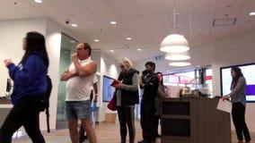 Движение людей line up для ждать обслуживания внутри Scotiabank акции видеоматериалы