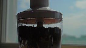 движение медленное Мелют и летают кофейные зерна вокруг машины blender сток-видео