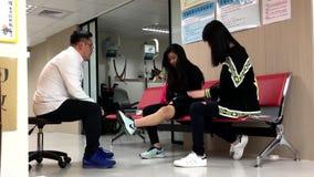 Движение молодой женщины имеет медицинскую проверку физиотерапевтом акции видеоматериалы