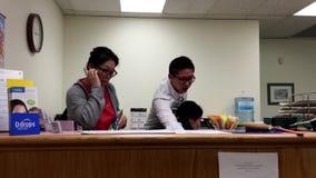Движение молодые люди на работе как работник службы рисепшн сток-видео