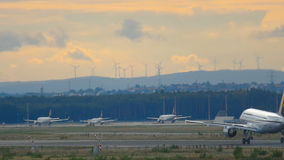 Движение на авиапорте Франкфурта видеоматериал
