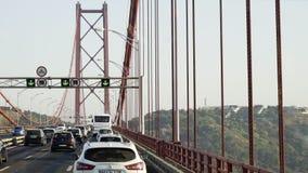 Движение на дороге моста в солнечном свете видеоматериал