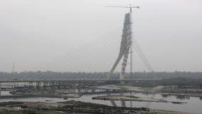 Движение на, который кабел-остали мосте под конструкцией над рекой Yamuna в пасмурной погоде Мост подписи delhi Индия