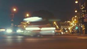 Движение ночи, автомобили на дороге улицы на выравнивать ночь в занятом городе, городской взгляд сток-видео