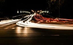 Движение ночи в городе и расплывчатые света от фар автомобилей Стоковое Изображение RF