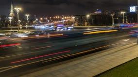 Движение ночи на городских магистрали и транспортной развязке Стоковое Изображение