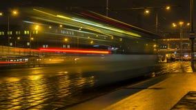 Движение ночи на городских магистрали и транспортной развязке Стоковые Фотографии RF
