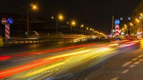 Движение ночи на городских магистрали и транспортной развязке Стоковые Изображения
