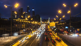Движение ночи на городской магистрали Стоковое фото RF