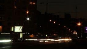 Движение ночи на дороге города широкой, автомобилях выходит трассировки с светами видеоматериал