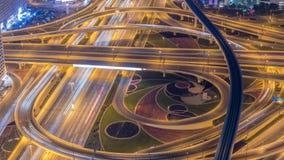Движение ночи на занятом пересечении на timelapse антенны шоссе шейха Zayed акции видеоматериалы