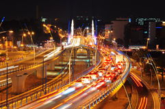 Движение ночи на мосте Basarab, Бухарест стоковое фото rf
