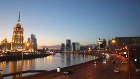 Движение ночи на улицах Москвы сток-видео
