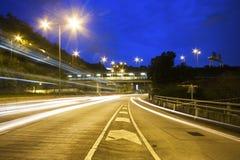 движение ночи скоростного шоссе города самомоднейшее урбанское Стоковые Фото