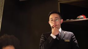 Движение официанта принимая заказ для клиента внутри ресторана дворца Shang видеоматериал