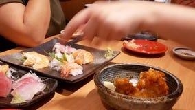 Движение очень вкусной плиты сырцовых семг куска и сасими тунца сток-видео