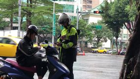Движение полиции давая билет для водителя мотоцикла
