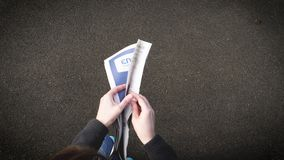 Движение промежутка времени газеты чтения женщины быстрое сверху, сток-видео