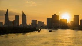 Движение промежутка времени захода солнца/восхода солнца над городом Широкая съемка, строя антенны в переднем плане отснятый виде акции видеоматериалы