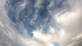 Движение промежутка времени отражения Солнца и облаков двинуть быстро на небо видеоматериал