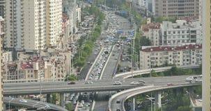 движение промежутка времени 4k занятое городское на мосте, городском morden здание, фарфор сток-видео