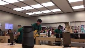 Движение работника играя гитару и находя песня на ipad