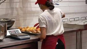 Движение работника кладя пирожное лимона на плиту