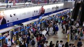 Движение регулярных пассажиров пригородных поездов идя и принимая MRT в час пик акции видеоматериалы