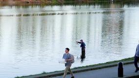Движение рыбной ловли человека на озере Lafarge видеоматериал