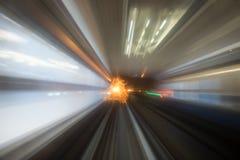 Движение скорости в городском тоннеле дороги шоссе Стоковые Изображения RF