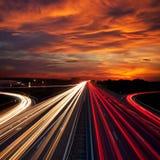 Движение скорости на времени захода солнца - свет отстает на шоссе шоссе Стоковое фото RF