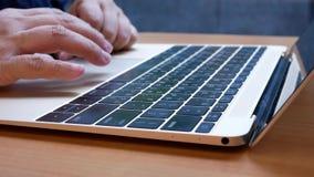 Движение сообщения женщины печатая на Macbook и вебсайте просматривать