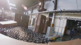 Движение с складными картонными коробками вдоль производственной линРвидеоматериал