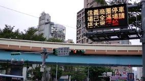 Движение транспортного потока на дороге во время часа пик акции видеоматериалы