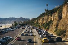 Движение часа пик на шоссе Тихоокеанского побережья стоковые фотографии rf